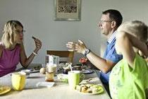 Ist die erwachsene Tochter links im Bild erwerbstätig? Dann unbedingt klären, ob sie in der Familienpolice gegen Privathaftpflicht versichert ist. (Bild: Keystone )