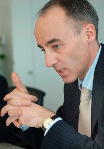 """EEK-Direktor Daniel Pfanner kann stolz sein auf """"seine"""" Bank."""