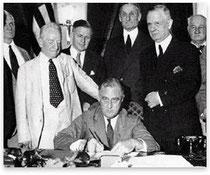 US-Präsident Roosevelt unterschreibt 1933 den Glass-Steagall-Act.