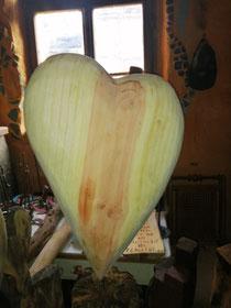 Ein Mamut Holz Herz auf einem Eichen Balken