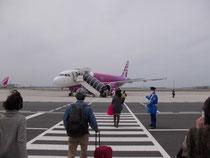飛行機まで外を歩きます 雨だとどうするのだろう?