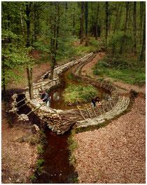 Bruni / Barbarit, L'Ile du barrage : capturer ensemble le ruisseau qui nous sépare, 1996, photographie couleur, collection artothèque du musée des beaux-arts de Brest.