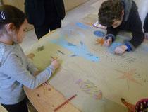Atelier au musée : après avoir visité l'exposition Dans le décor !, des élèves de l'école Diwan Kérangoff à Brest réalisent un décor marin.