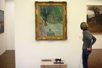 Vue de l'installation d'ExposiSon devant l'œuvre de Pierre Bonnard, Le pommier fleuri ou Le balcon à Vernnonet, pendant le festival Longueur d'ondes. © Sébastien Durand