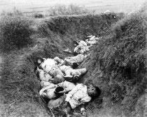 Cadáveres de soldados españoles tras un asalto de las tropas americanas en Cuba 1898