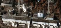 Zustand der Reaktorblöcke 1 bis 4 (von rechts nach links) am 16. März 2011 nach mehreren Explosionen und Bränden