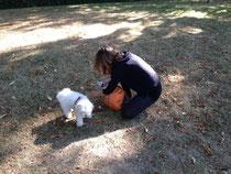 Sylvie avec son petit chien :trop Mignon !