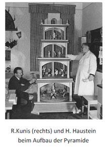R. Kunis u. H. Haustein beim Aufbau der Vereinspyramide