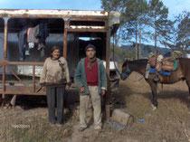 Artuo et Osvalda devant le bus