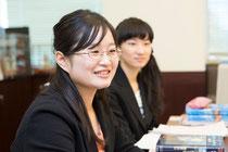 インタビュアー:東京女子大大学院生の松紀枝さん(左)、橋本実季さん(右)