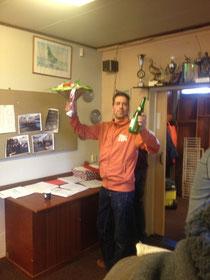 Edwin Schuiling neemt bloemen en wijn in ontvangst, want hij had de eerste en de laatste prijsduif.