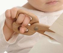 ハサミを使う子どもの手の画像