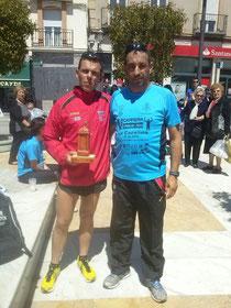 Manolo Serrano, con el trofeo conseguido, junto a Francisco Arcos.