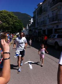 Dani, corriendo junto a su hija.