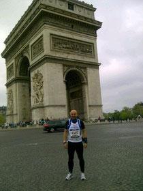 Francisco en el arco del triunfo de la capital parisina.