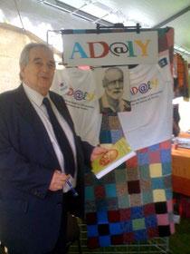 Monsieur le Maire de Choisy, Daniel Davisse, devant le stand d'AD@lY