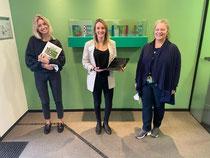 Firmenmitarbeiterinnen übergeben Anna Leweke (Mitte) Tablets
