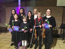 Die Kids mit ihrer Violinlehrerin