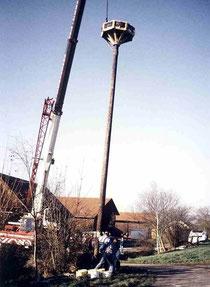 Mast wird aufgestellt.