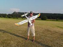 """Modellflieger Bixler von """"Hobby King"""". Hinter mir der Regenstein bei Blankenburg im Harz"""