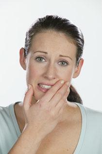 Angst vor dem Zahnarzt: Vernachlässigte Zähne, Unsicherheit im Umgang mit anderen, eingeschränkte Lebensqualität (© proDente e.V.)