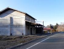 購入した家と隣の空き倉庫(改修前)