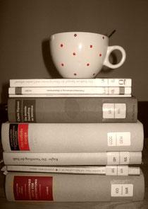 Stapel Bücher mit Tasse