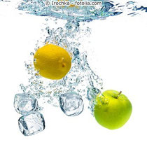 Irochka - fotolia.com Apfel, Zitrone und Eiswürfel in Wasser
