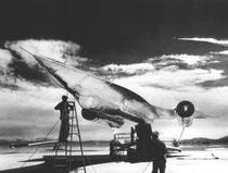 El prototipo del avión espía A-12, realizado en titanio, en mitad de la base Área 51 en el desierto de Nevada.
