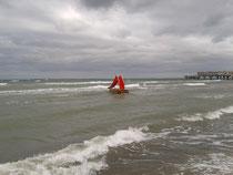 Rote Rutsche im Meer