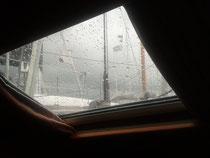 Regen auf dem Bootsdeckfenster
