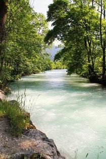 Wie das fließende Gewässer eines Flusses ist unser Leben. Vorwärts, mal leicht und frei, mal über oder um Hindernisse herum. Auf dem  Fluss des Lebens in die Vergangenheit reisen, Blockaden ausräumen, zu deinem eigenen Wohl...