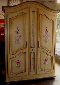 armoire en bois peint