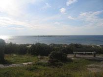 水平線にうっすら黒く映るTYLO島。