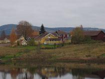 そこら中にある湖に彩りを添える家々。
