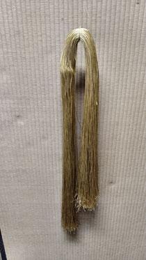 手縫い用糸にサラダ油を塗るところです。