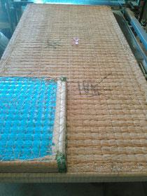本床(藁床)のカットサンプルと40数年使用されている物です。