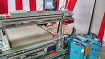 現在販売されている、畳機械の表(幅側)を縫う機械です。
