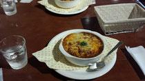 今日の日替わりランチは「焼きカレー」。サラダと食後のケーキセットまで付いて1000円。味もボリュームも(⌒‐⌒)