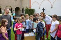 Schüler der Klasse 4a der KGS Unter den Eichen packen die ersten Hefte aus.