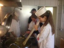 Die Firmlinge kochen eine Kartoffel-Lauch-Suppe für das Spendenessen