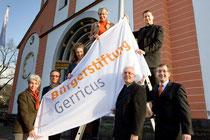 Dezember 2008: Nach der Gründungs- pressekonferenz wird erstmals vor         der Basilika St. Margareta die Fahne der Bürgerstiftung Gerricus gehisst.