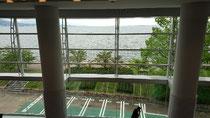 ホールの3階席の扉を出た目の前。大きなガラス越しにびわ湖が広がる。