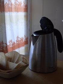 乾燥対策のコーヒーフィルターによる加湿器とポットの湯気