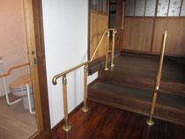 本堂に続く玄関・廊下の手すり