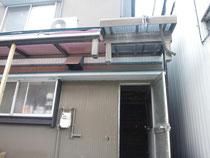 宙ぶらりんの柱と屋根のポリカパネル
