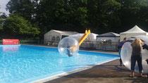 XXL Wasserbälle im Schwimmbad