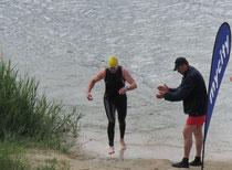 Rolf Schröder beim Schwimmausstieg