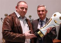 Jacques Romann, président du directoire de « L'Alsace », a remis le Challenge du journal à Albert Brun, entraîneur de l'AS Hagenbach. Photo Thierry Gachon