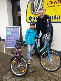 Hans-Heiner Schweers bei der Übergabe der Fahrräder zusammen mit einer Schülerin